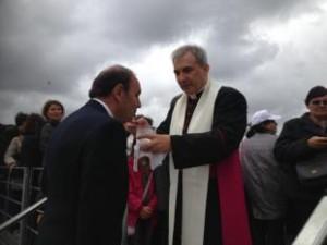 Mons. Balda comunica Bruno Vespa durante il festino