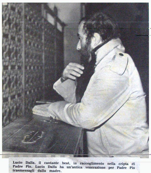 Lucio Dalla inginocchiato davanti alla tomba di padre Pio