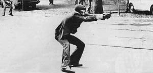 Uno sbirro spara sul pacifico corteo di Milano